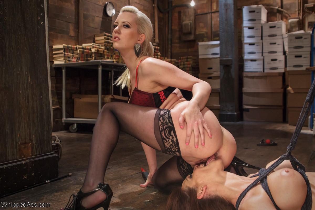 Молодая русская девушка задрала ногу и показала пизду